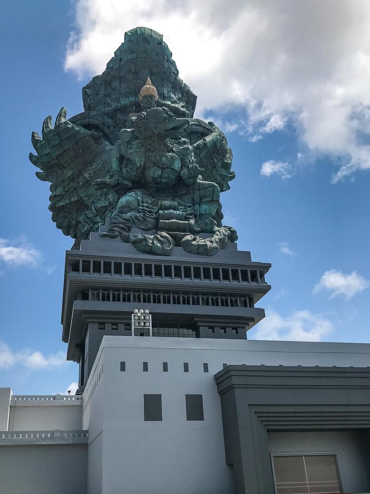 Statue représentant les 3 divinités Garuda, Wisnu et Kencana