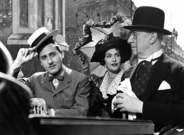 """Scena del film """"L'arte di arrangiarsi"""" - Regia Luigi Zampa - 1954 - Gli attori Alberto Sordi, Elli Parvo e Franco Coop"""