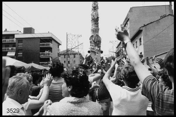 Festa del Giglio al Quartiere Giambellino. Il Giglio in mezzo a  una folla di gente che sta ballando.