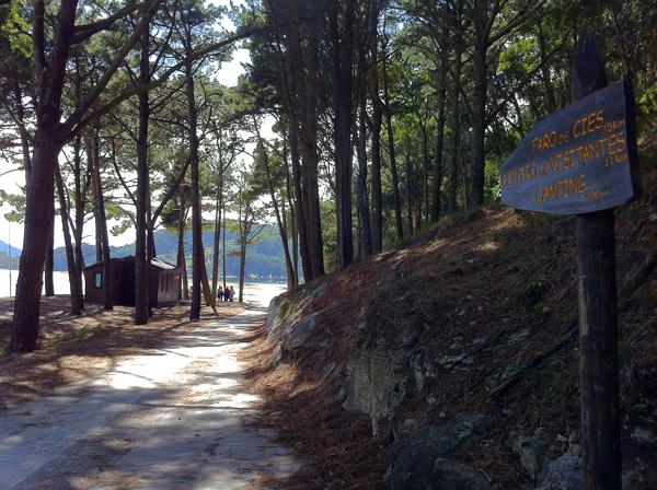 L'inizio del percorso di trekking vicino all'approdo delle barche sull'isola di O Faro