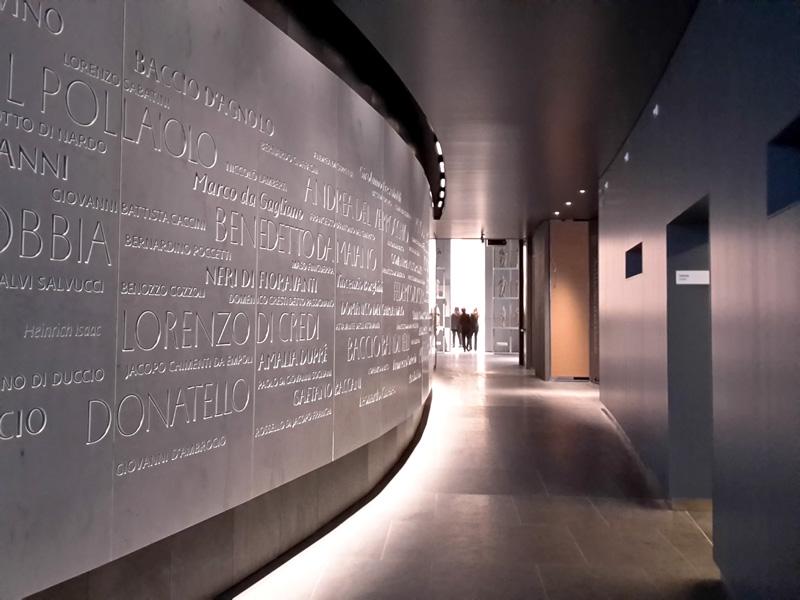 Il muro con i nomi degli artisti che hanno contribuito alla costruzione del Duomo