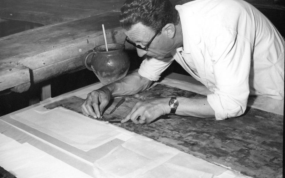 Il restauratore Vittorio Granchi durante i giorni dell'alluvione del 1966, mentre opera sul Crocifisso del Cimabue. Credits Archivio Studio Granchi Firenze