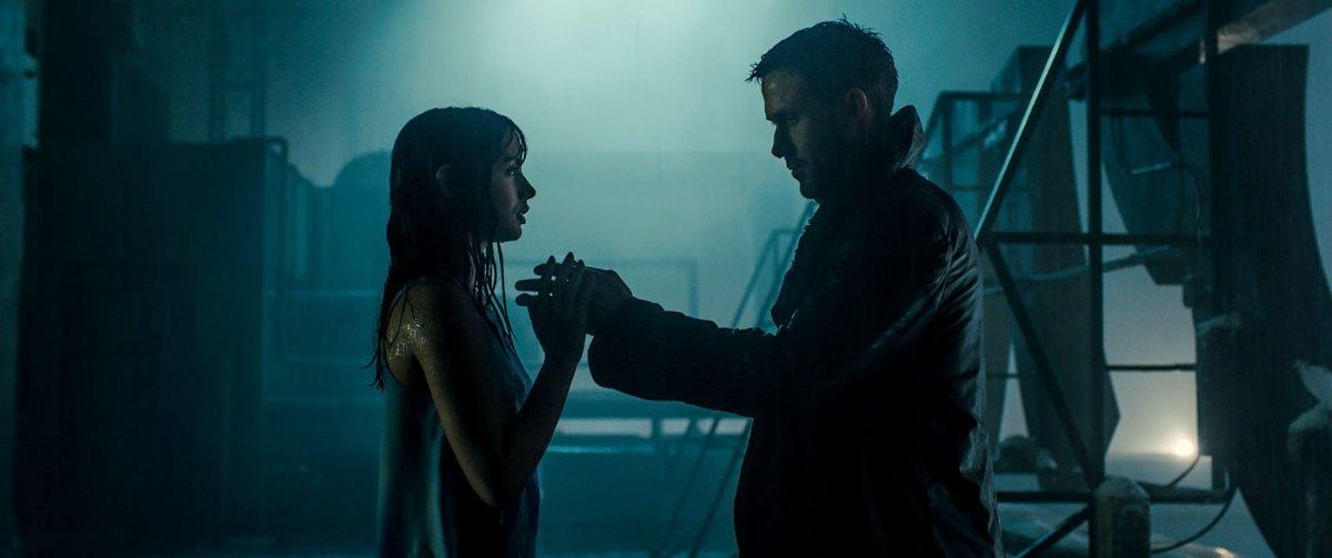 K e Joi in una delle prime scene in cui compaiono insieme