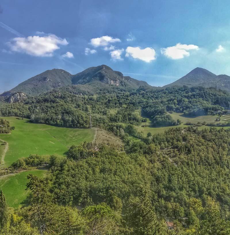Dalla sommità della rocchetta Mattei si vede il parco di Montovolo, dove sorge il santuario