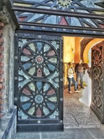 Al termine della scala una porta molto particolare ci introduce al cortile interno. Foto: Caterina Chimenti / Lonely Traveller