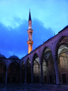 Il minareto della Moschea Blu, al tramonto, Istanbul (Foto: Caterina Chimenti / Lonely Traveller, licenza CC 2.0)