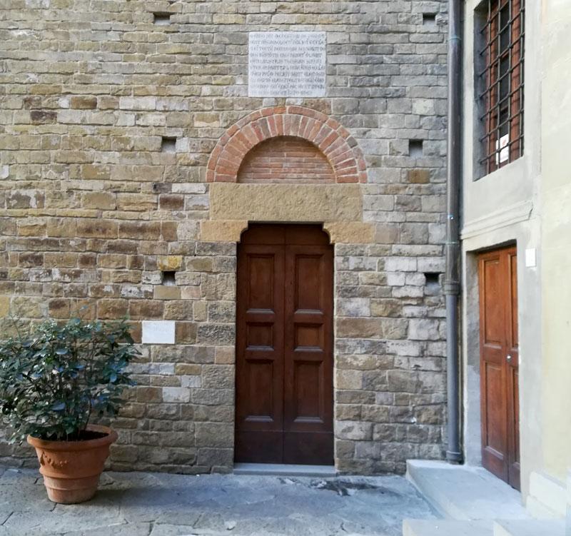 La porta destra della chiesa dei Santi Apostoli. La targa posta al di sopra della porta menziona la presenza di Carlo Magno alla consacrazione dell'edificio.