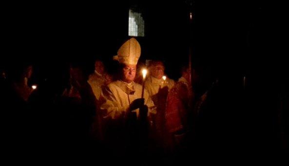 Il rito dell'accensione del fuoco sacro nel duomo di Firenze (2017). Il Vescovo apre il corteo con il cero pasquale, appena acceso con il fuoco del braciere posto all'ingresso della cattedrale. [Foto: Caterina Chimenti / Lonely Traveller ]