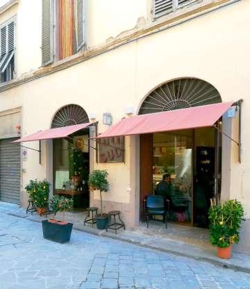 L'esterno del ristorante, su Via della Vigna Vecchia, a due passi da Santa Croce