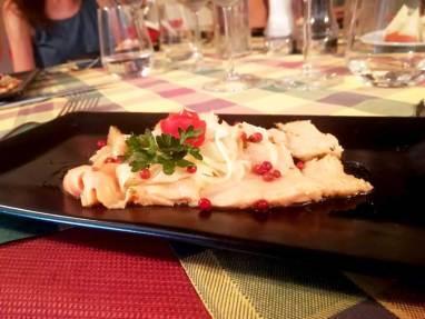 Carpaccio di salmone su finocchio marinato e pepe rosa