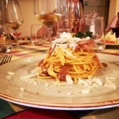 Spaghetti con guanciale, cipolla rossa stufata e pecorino