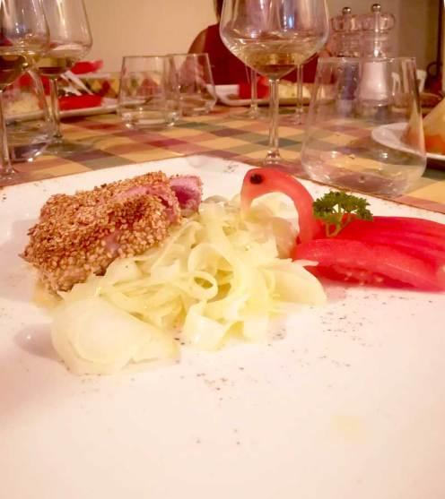 Tagliata di tonno con sesamo su finocchi marinati al limone
