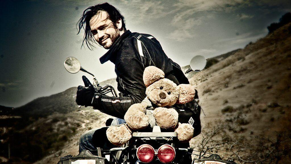 Claudio e il suo pupazzo in moto dopo i primi 30.000 km di viaggio