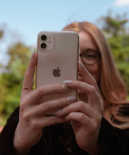 woman holding gold iphone 6