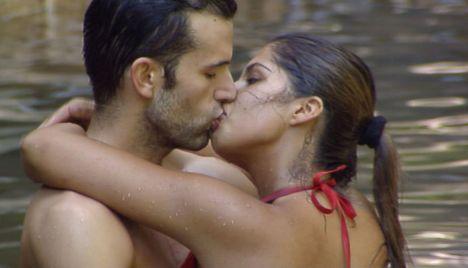 Indira Weis und Jay Khan küssen sich