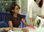 Halle Berry gibt Autogramme