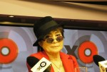 Yoko Ono besucht gemeinsam mit Queen Elizabeth II. Museum in Liverpool