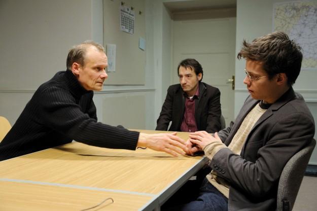 Der Entführer Uwe Braun (Edgar Selge, li.) versucht, Kontakt zu seinem Sohn Michael (Jakob Walser, re.) aufzunehmen.