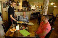 """""""Rach, der Restauranttester"""": Das Restaurant """"Zur alten Scheune"""" in Bennstedt - TV News"""