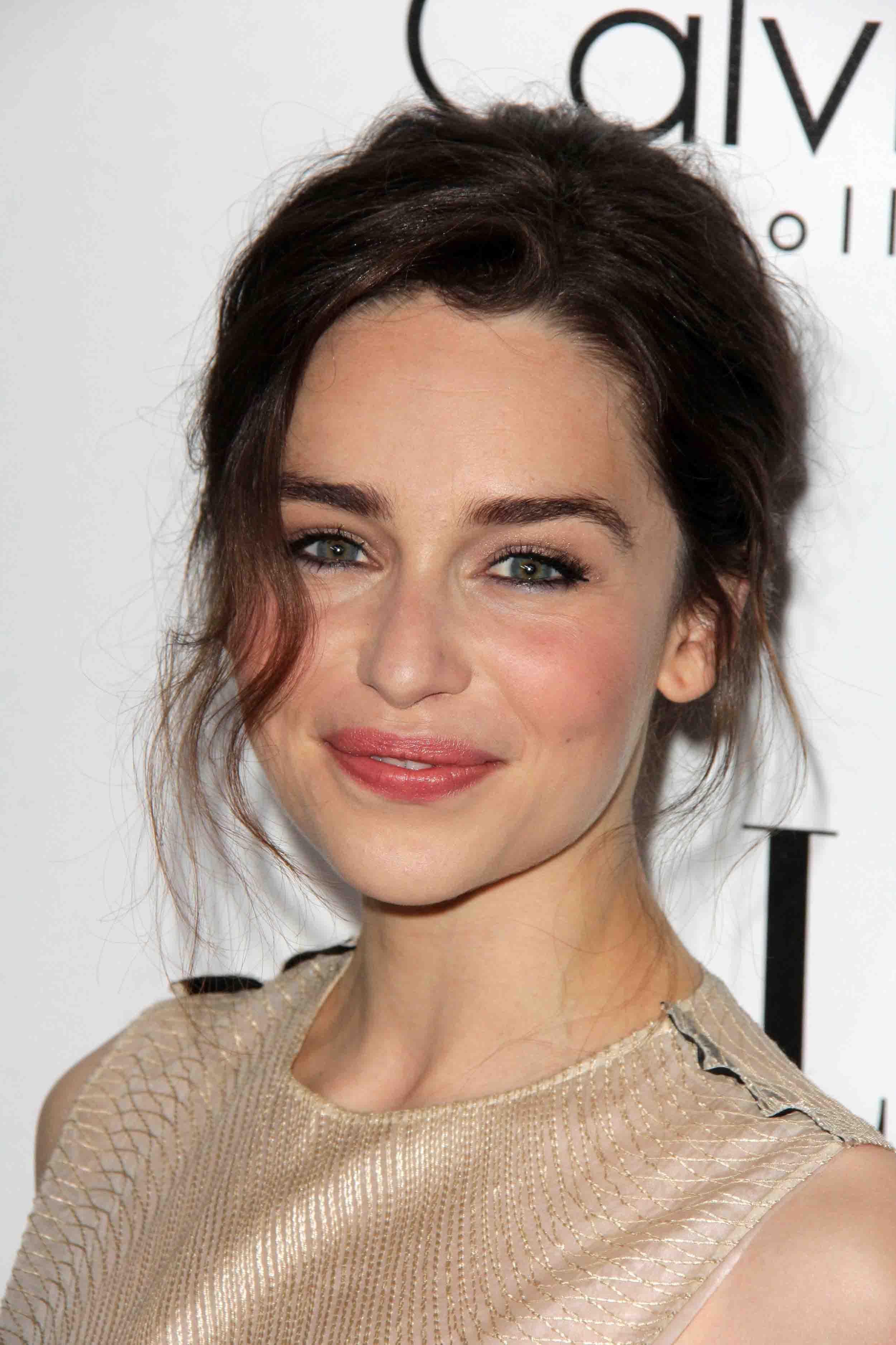 Emilia Clarke Trnen Am Set Von Game Of Thrones