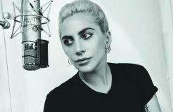 Lady Gaga küsst…