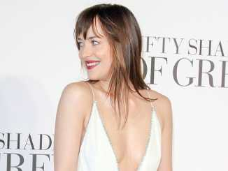 Dakota Johnson: Kleid reisst bei People's Choice Awards - Promi Klatsch und Tratsch
