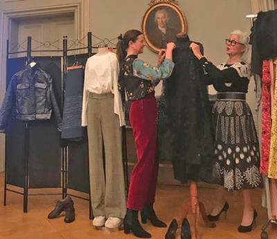Vi stylar en Linbergklänning med antika smycken