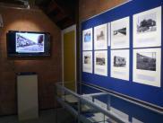 Fotomateriaal en beeldscherm met historische foto's van het WSM traject van Den Haag naar Loosduinen.