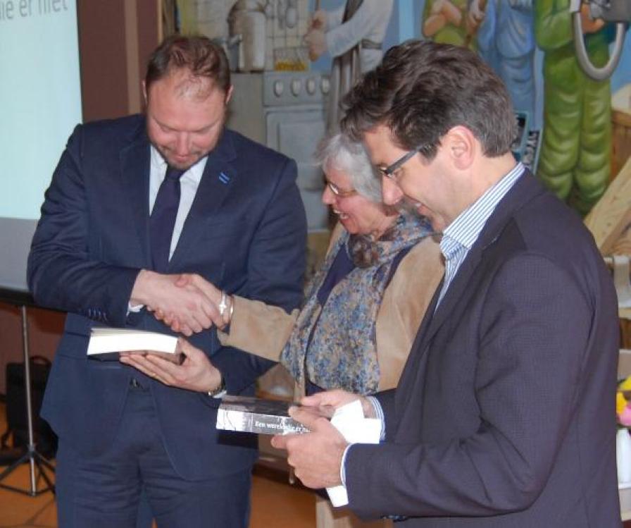 Harm Benthem (L) met Corry van Straten (M) en Stephan Valk (R) met de eerste exemplaren van het boek.