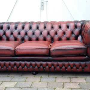 Ossebloed rode chesterfield