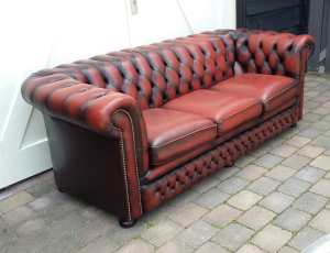 Ossebloed rode chesterfield zijaanzicht