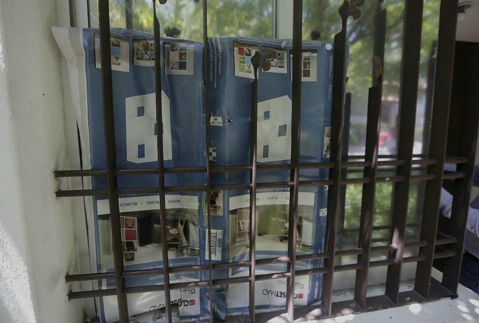 Algunos vidrios de la casa están rotos. Foto de Milenio.