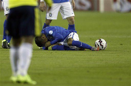 Neymar recibió numerosas faltas en el partido ante Brasil. Foto de AP