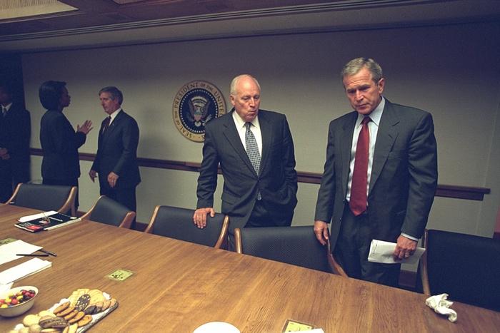 Los asistentes se preparan para otra junta. Foto de Archivos Nacionales de EE.UU.
