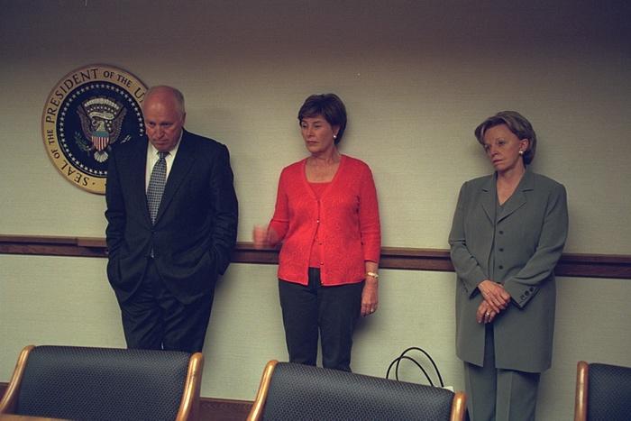 Cheney con su esposa, Lynne (derecha), y la primera dama, Laura Bush. Foto de Archivos Nacionales de EE.UU.