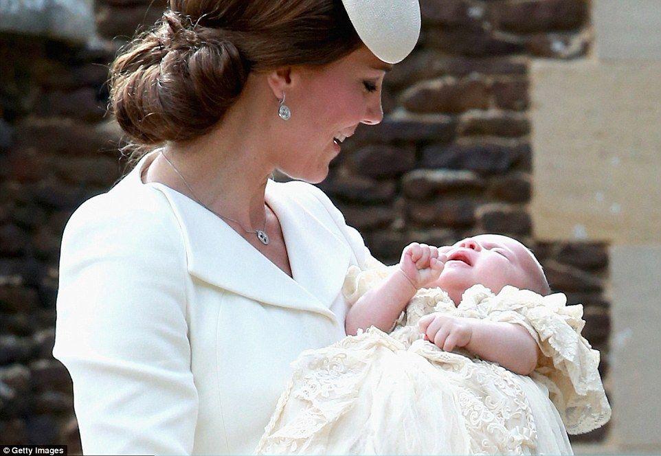 La duquesa de Cambridge con Charlotte, la cuarta en la sucesión al trono. Foto de AP