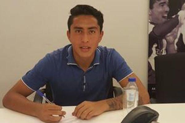 Govea firma su contrato. Foto de MedioTiempo