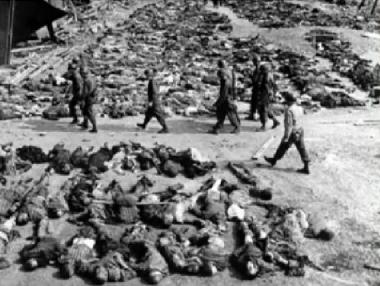 017-falsches-Auschwitz-foto-m-ami-soldaten-reihenweise-deutsche-Leichen