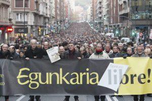 Multitudinaria manifestación en defensa de Eginkaria