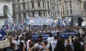 """Personas que participan en la """"Marcha de la Resistencia"""" organizada por la Fundación Madres de Plaza de Mayo, en el centro de Buenos Aires la semana pasada. Fotografía: David Fernández/EPA"""
