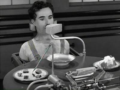 Chaplin sufriendo la tiranía de las máquinas