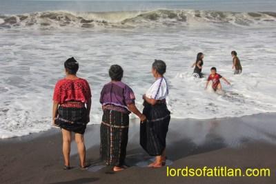 The beach is at Champerico, but the women are from Maxanijá, Santa Catarina Ixtahuacán, Sololá .