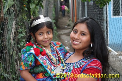 The woman holding Jennifer is from San Juan la Laguna and therefore speaks tzutujil. She was not an indigenous queen, however. She holds the indigenous queen of San Andrés Iztapa. However, on this day, the little one represents Santa Marta Sumpango, with a cargo she won at the national level.