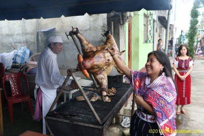 Sara Mux de Comolapa, Rabin Ajaw 2010-11, en traje de Palín en la feria de Patzún, Chimaltenango