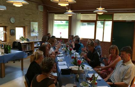En flok glade lærere på vej på sommerferie på Thorsager Skole
