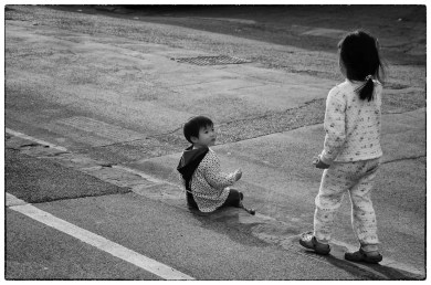 Bambini cinesi sul marciapide