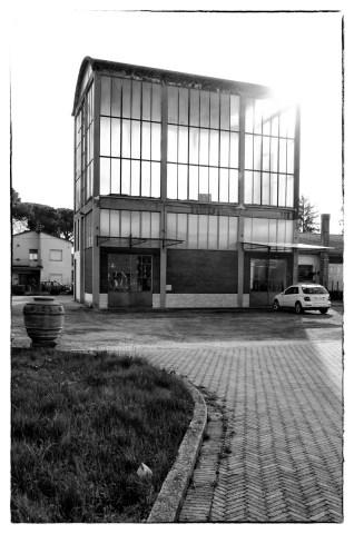 Edificio di vetro a prato