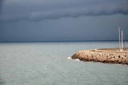 Rosignano, vista del porto con cielo scuro