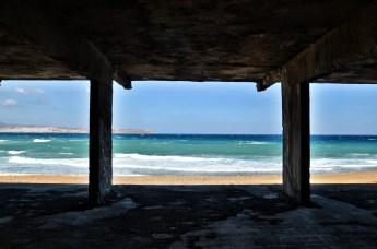 Edificio di cemento armato di fronte al mare
