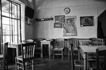sedie in un bar greco